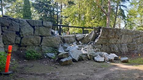 Kivimuuri on edelleen korjaamatta.