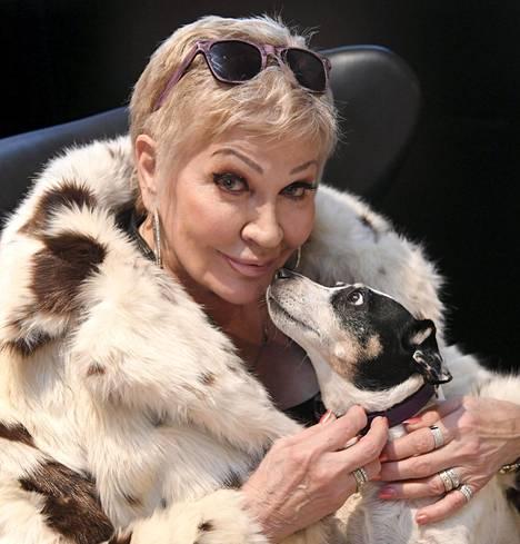 Hannele Lauri näyttelee Johanna Vuoksenmaan uudessa elokuvassa laulajatähti Seija Kuulaa. Kuvassa myös Laurin Nancy-koira.
