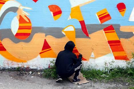 Toiskallion mukaan graffiti tarjoaa usein tekijälleen kokonaisen identiteetin tai anonyymin alter egon, jonka turvassa toimia ja olla jotain muuta, mikä omassa arjessa ei olisi mahdollista.