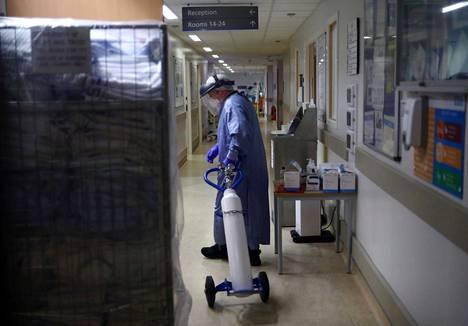 Sairaalatyöntekijä siirsi happipulloa teho-osastolla Blackburnissa.