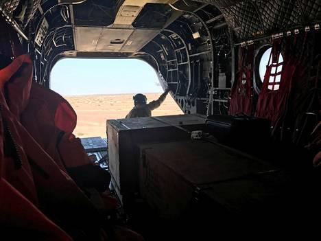 Yhdistyneiden Arabiemiirikuntien armeijan sotilas tarkkailee helikopterista erämaata Jemenin alueella huhtikuussa 2017.
