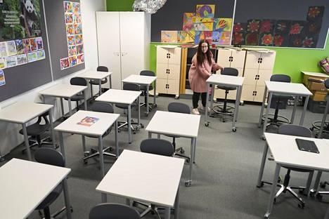 Koronatartuntoja pyrittiin loppukeväästä ehkäisemään kouluissa esimerkiksi turvavälien avulla. Jupperin koulun kuutosluokan opettaja Jaana Linkola järjesti luokan pulpetteja päivää ennen lähiopetuksen jatkumista.