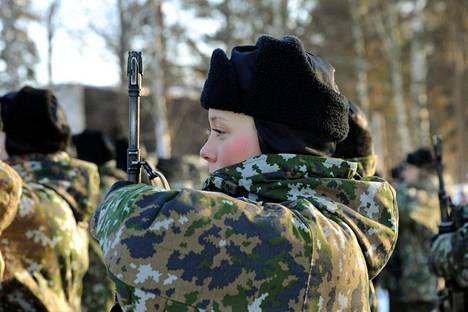 Puolustusministeri Jussi Niinistö (ps) on toivonut reservin kasvattamista. Kuvan alokkaat vannoivat sotilasvalan Upinniemessä helmikuussa 2011.