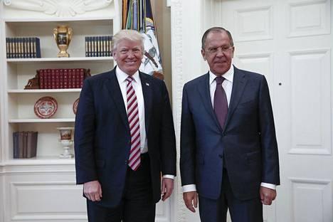 Yhdysvaltain presidentti Donald Trump ja Venäjän ulkoministeri Sergei Lavrov Venäjän ulkoministeriön julkaisemassa kuvassa 10. maaliskuuta.