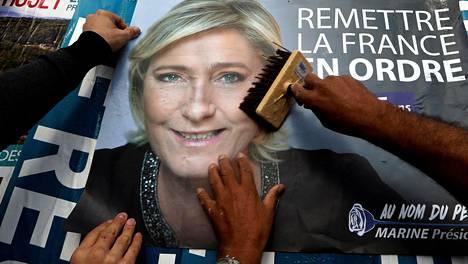 Presidenttiehdokas Marine Le Penin vaalijulistetta liimattiin mainostauluun Antibesissa Ranskassa.