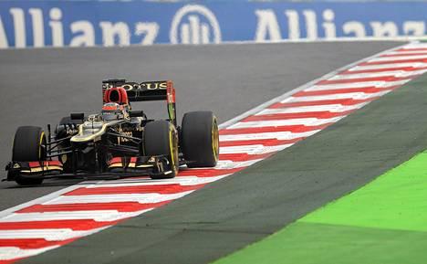 Kimi Räikkönen sai Lotuksensa kulkemaan toisella harjoitusjaksolla ensimmäistä paremmin.