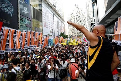 Hongkongin luovuttamisen 19. vuosipäivää juhlittiin 1. heinäkuuta. Samana päivänä järjestetään vuosittainen kulkue, joka vaatii demokratiaa ja sananvapautta.