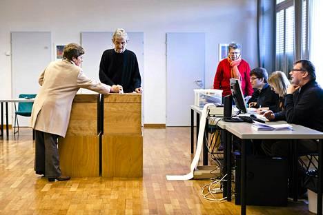 Sveitsissä äänestettiin sunnuntaina Eu-kansalaisten maahanmuuton rajoittamisesta. Kuva äänestyspaikalta Asconasta.