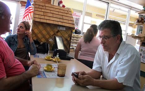 Eläkeläinen Pablo Pino (vas.), kaupunginvaltuutettu Katharine Cue-Fuente ja ravintoloitsija Diosdado Martin ovat kaikki Miamin amerikankuubalaisia ja republikaaniehdokkaan Mitt Romneyn kannattajia.