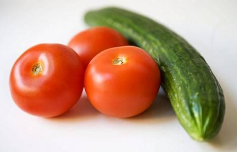 Tomaatin runsaasti erittämä etyleeni voi saada kurkun menettämään makunsa..