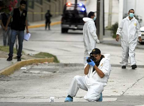 Meksikon poliisin rikospaikkatutkijat taksikuskin murhapaikalla Monterreyssä. Laskijatahosta riippuen kyseessä oli 50000:s, 60000:s tai 70000:s Meksikon huumesodassa kuollut ihminen.