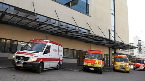 Ambulansseja Haartmanin sairaalan edustalla Helsingissä.