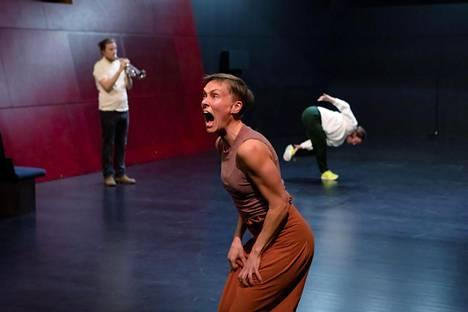 Liisa Pentin The Space tunnustelee tilaa puhumalla, tanssimalla ja soittamalla. Kuvassa Johanna Ikola.