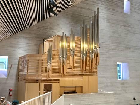 Kirkon urkujen fasadin on suunnitellut Caspar Åkerblom yhteistyössä OOPEAAn kanssa. Uruista on tällä hetkellä valmiina vain kuori. Urut rakentaa urkurakentamo Veikko Virtanen Oy. Uruissa on 20 Vantaan Pyhän Laurin kirkon entisten, vuonna 1895 rakennettujen, urkujen pilliä.