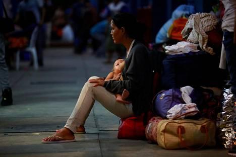 Venezuelasta paenneita pakolaisia Perun Tumbesissa perjantaina.