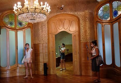 Vieraat käyttivät kasvosuojaimia arkkitehti Antoni Gaudín suunnittelemassa Casa Battló -rakennuksessa Barcelonassa heinäkuun alussa.