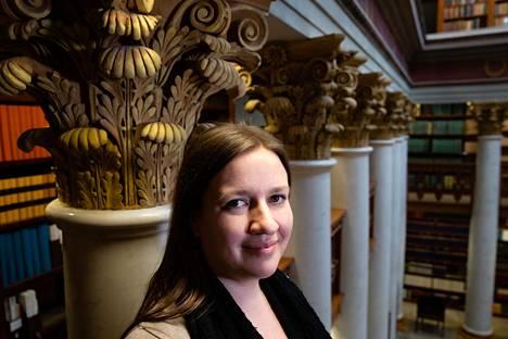 Anniina Sjöblom kirjoittaa fanifiktiota Jane Austenin romaanien pohjalta. Hänet kuvattiin Kansalliskirjastossa.