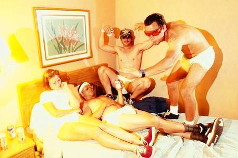 Vitsillä sisään. Big Brother -lehden tekijät Kendra Gaeta (vas.), Jeff Tremaine, Dave Carnie ja Chris Pontius poseeraavat vuonna 1995.