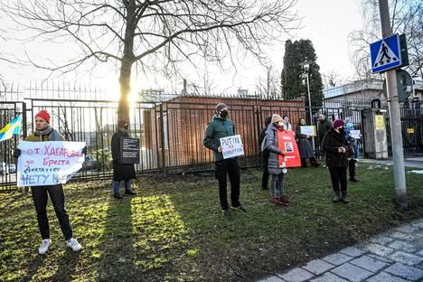 Aleksei Navalnyin vapauttamista vaativia mielenosoittajia Venäjän suurlähetystön edustalla Tukholmassa 23. tammikuuta.