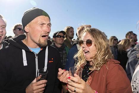 Antti ja Ninni Lahtinen Helsingistä lauloivat Pyhimyksen tahtiin.