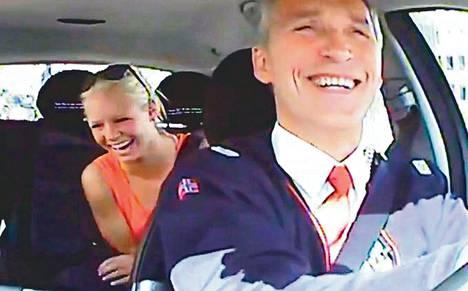Youtubessa julkaistussa videossa näkyy useita yllättyneitä oslolaisia. Moni ehti keskustella taksikuskin kanssa hyvän tovin ennen kuin tunnisti tämän pääministeriksi.