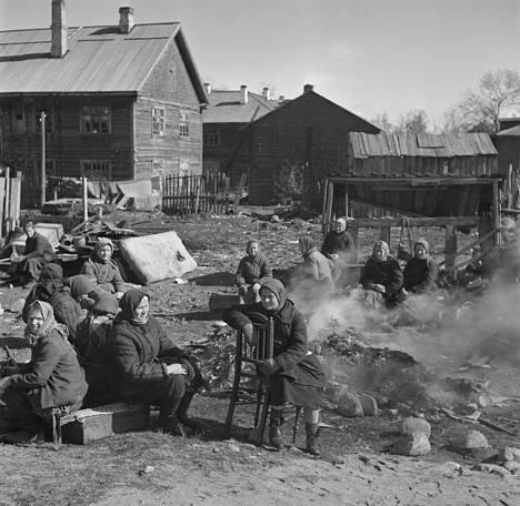 Venäläisnaisia aamiaisella keskitysleirillä Äänislinnassa eli Petroskoissa huhtikuussa 1942.