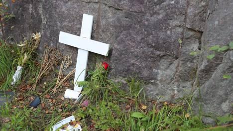 Risti ja kukkakimput muistuttavat onnettomuudesta Varpasentiellä.