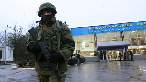 Venäläisiä sotilaita ilman joukko-osasto- tai maatunnuksia ilmaantui Simferopolin lentokentälle Krimillä vuoden 2014 helmikuun lopussa.