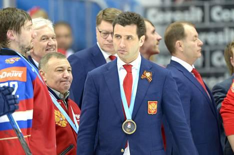 Gennadi Timtšenko (toinen vasemmalta), Arkadi Rotenberg ja Roman Rotenberg saivat MM-pronssimitalit kaulaan.