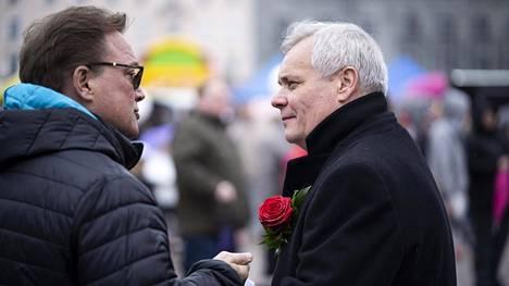 Sdp:n puheenjohtaja Antti Rinne keskusteli äänestäjien kanssa Sdp:n vapputapahtumassa Lahden torilla.