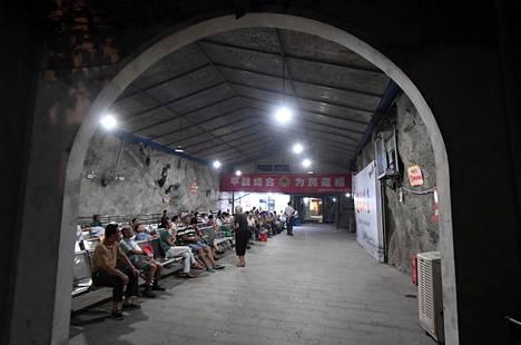 Kaupunkilaiset viettivät aikaa viileässä pommisuojassa kuumuuden vaivaamassa Fuzhoussa Kiinassa lauantaina.