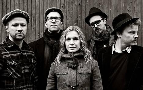 Anna E. Karvonen esiintyy Kallio kipinöi -festivaaleilla musiikillisella luennolla. Kuvassa myös yhtye Stadin kadonneet.