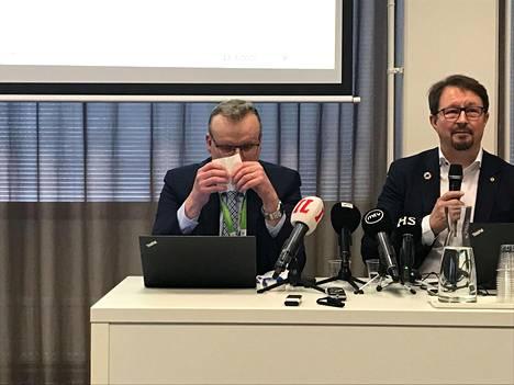 THL:n pääjohtajan Markku Tervahaudan flunssainen olemus hämmensi tiedotustilaisuudessa 13. maaliskuuta. Myöhemmin selvisi, että Tervahaudalla ei ollut koronavirustartuntaa. Vieressä koronavirusepidemian virkamieskasvoiksi noussut terveysturvallisuuden johtaja Mika Salminen.
