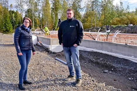 Sirpa Kielinen ja Janne Lehtonen neuvovat uuden asunnon ostajia olemaan asialla hyvissä ajoin. Silloin on mahdollista päästä itse vaikuttamaan asuntonsa ratkaisuihin.