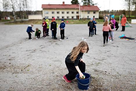 Raikun koululla oli ulkoilmatunti ensimmäisenä päivänä poikkeustilan jälkeen. Kuvassa Fanni Linna kuljettaa pesusienellä vettä pulloon, joka oli tehtävä yhdellä rastilla.