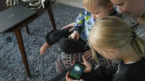 Mobiililaitteet tulevat nykyään tutuiksi lapsille jo varhaisella iällä.