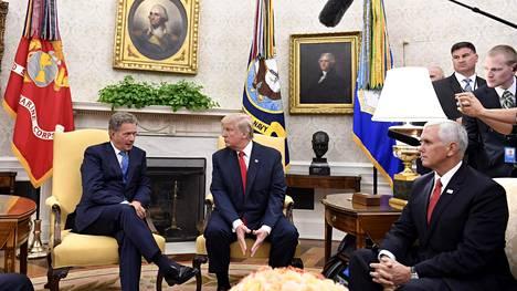 Presidentit Sauli Niinistö ja Donald Trump järjestäytyivät perinteiseen takkakuvaan tapaamisensa aluksi Valkoisessa talossa maanantaina.