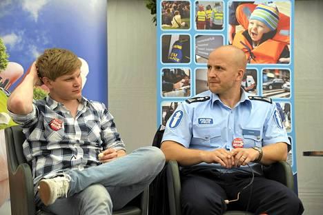 Muusikko Axel Ehnström ja nettipoliisi Marko Forss osallistuivat keskiviikkona Nakuna netissä - paljastuuko kaikki -keskustelutilaisuuteen Porissa.