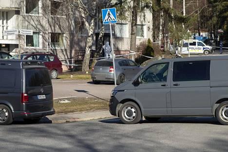 Poliisi sai aamuneljän jälkeen ilmoituksen ampumisesta kerrostalossa Turun Pernossa lauantaina 3. huhtikuuta. Paikalta löytyi kaksi vainajaa ja yksi loukkaantunut. Poliisi otti epäillyn kiinni rappukäytävästä.