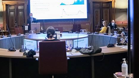 THL:n ylilääkäri Taneli Puumalainen kertoi hallitukselle koronatilanteesta Säätytalossa keskiviikkona.