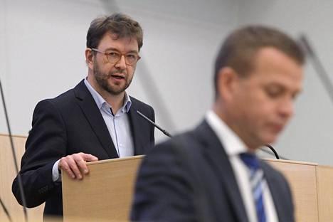 Sdp:n Timo Harakka arvosteli hallituksen esitystä yrittäjävähennykseksi. Etualalla valtiovarainministeri Petteri Orpo.