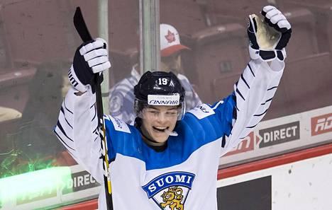 Rasmus Kupari juhli Suomen maalia nuorten MM-kisoissa 2019.