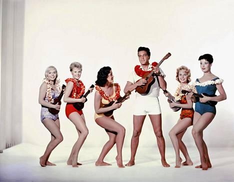 Elvis Presley sekä Jenny Maxwell, Pamela Austin, Joan Blackman, Darlene Tompkins ja Christian Kay elokuvassa Sininen Hawaiji.