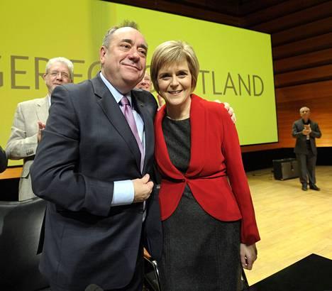 Nicola Sturgeon (oik.) ja Skotlannin entinen pääministeri Alex Salmond tapasivat marraskuussa Perthissä Skotlannissa, kun Sturgeon piti ensimmäisen linjapuheensa SNP:n johtajana.