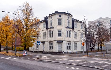 For a long time, there was a youth center in an old wooden building on the edge of Upper Malmi Market Square.