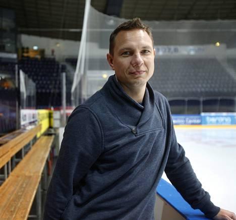 """Jussi Tapola on asettanut itselleen korkeat tavoitteet jääkiekkovalmentajana: """"Pelkkä OK-menestys ei riitä."""""""