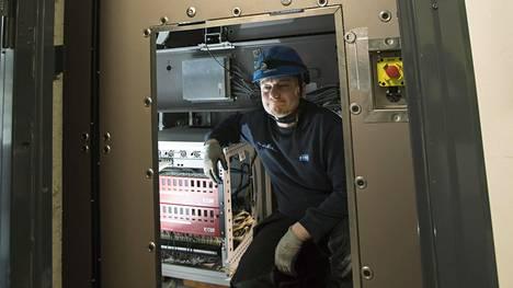 Asentaja Ari Nieminen huippunopean hissin katolla sijaitsevassa konetilassa