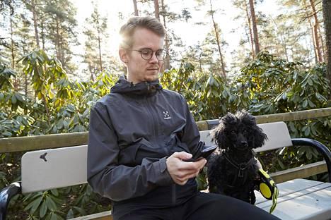 Historiantutkija Ilkka Kärrylä pitää työpäivän aikana taukoja, jolloin hän selailee puhelinta tai ulkoilee Haagan Alppiruusupuistossa koiransa Sylvin kanssa.