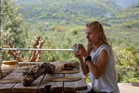 Noora Honkalan kahvihetki kotona Karvelasissa.