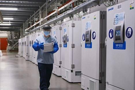Lääkeyhtiö Pfizerin työntekijä kuvattuna yhtiön Belgiassa sijaitsevassa toimipisteessä, jossa testivaiheessa olleita rokotteita säilytettiin varaston pakastimissa.